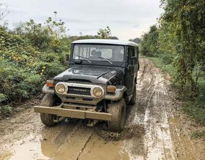 mud driving Land Cruiser